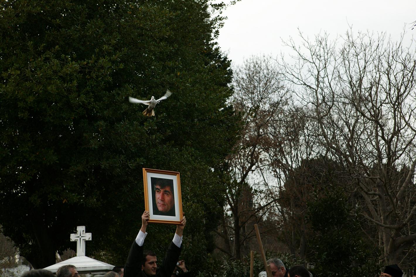 Kerem Uzel                Gazeteci Hrant Dink'in uğradığı suikastin ardından 100.000'den fazla kişinin katıldığı yürüyüş sonrası, Balıklı Ermeni Mezarlığında düzenlenen tören.  İstanbul, 2007